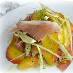 salát s fenyklem a broskví