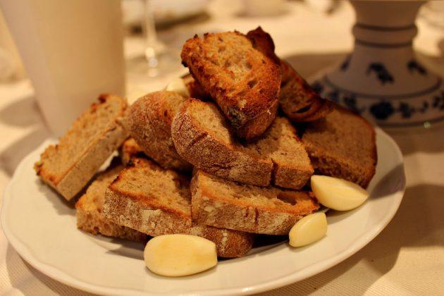 stůl - tatarák - chléb