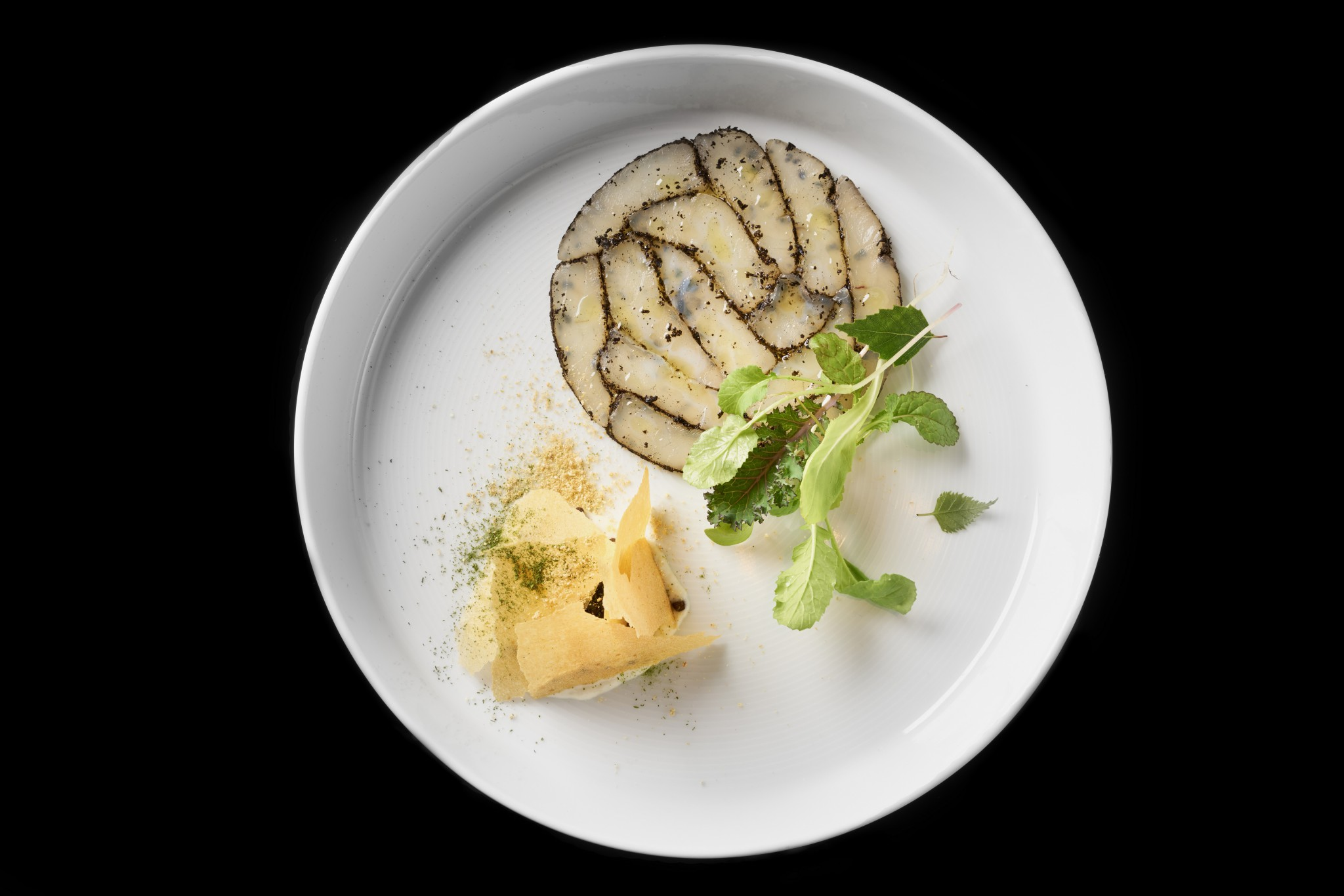 CANDÁT OBECNÝ marinovaný a pěna, čočka Beluga, houbový, citronový a libečkový prach, bramborový papír, kaviár ze sleďů